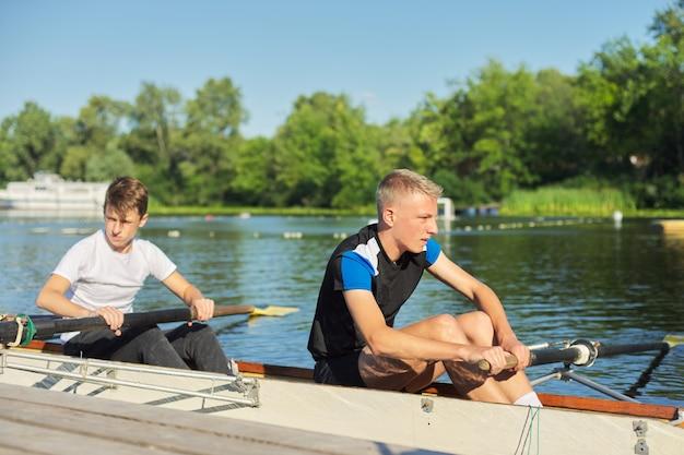 Aktywny zdrowy tryb życia nastolatków. sportowy kajak dla chłopców