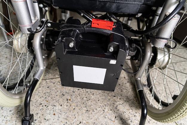 Akumulator elektrycznego wózka inwalidzkiego dla pacjenta lub osoby niepełnosprawnej.
