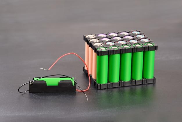 Akumulator litowy na ciemnym tle