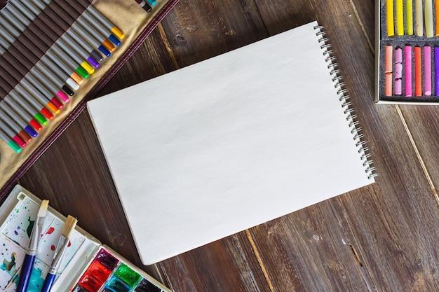 Akwarela i ołówki z notatnikiem