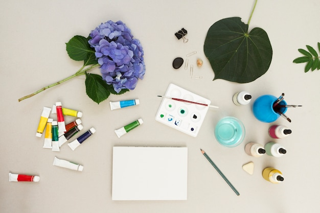 Akwarela i szczotki z szkic na biurku w obszarze roboczym sztuki