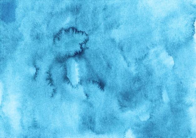 Akwarela jasnoniebieskie tło malarstwo. akwarela ciemnoniebieskie plamy na papierze. artystyczne płynne tło.