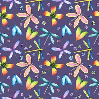 Akwarela jasny motyl, ważka, ćma wzór na fioletowym tle. kolorowe latające owady powtarzają nadruk. tło entomologiczne.
