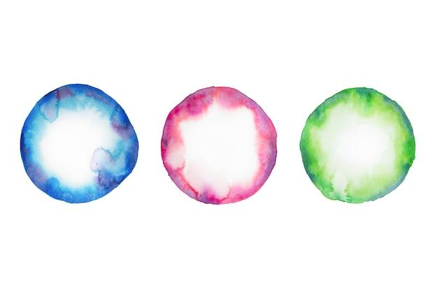 Akwarela koło w kolorach niebieskim, zielonym, bordowym na białym tle