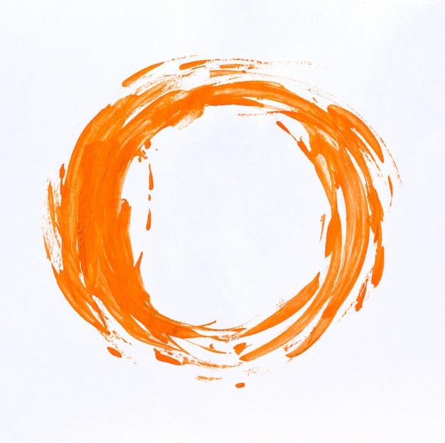 Akwarela plama farbą akwarelową na białym papierze.