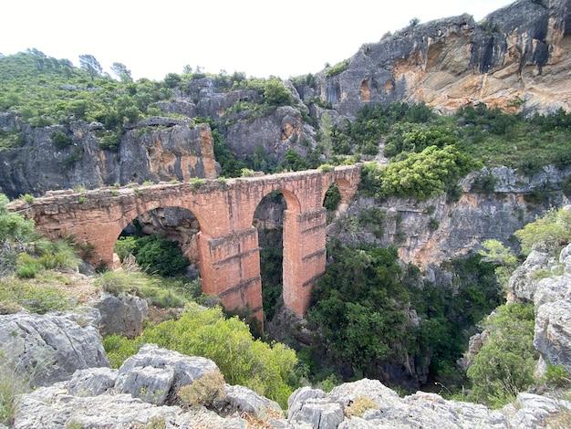 Akwedukt starożytnego imperium rzymskiego pea cortada w calles valencia hiszpania