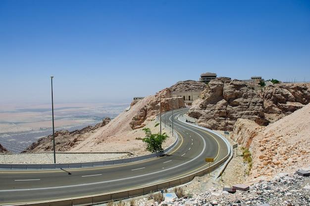Al ain jabal hafeet krajobraz górski widoki al ain z niebieskim tłem nieba