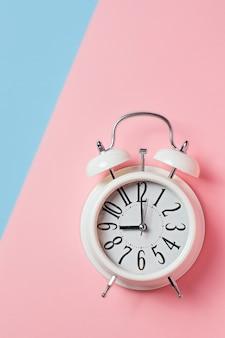 Alarm na bloku kolorów, niebieskim i różowym