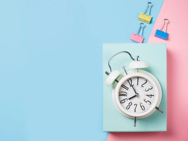 Alarm z dostawami na kolorowym bloku, niebieskim i różowym