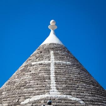 Alberobello, region apulia, południowe włochy. tradycyjne dachy trulli, oryginalne i stare domy tego regionu.