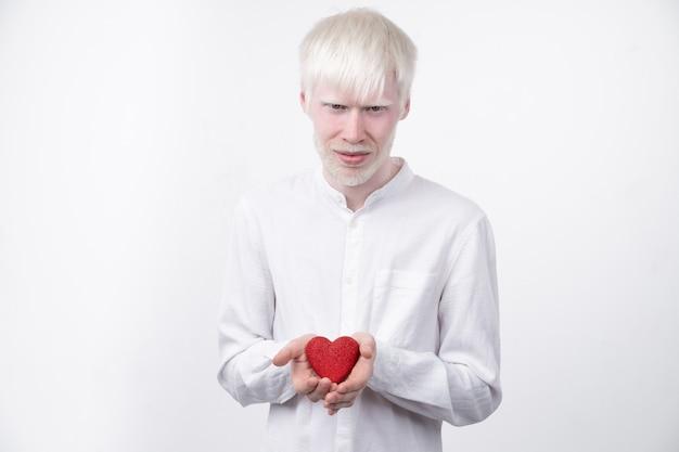 Albinizm albinos mężczyzna w studio ubrany t-shirt na białym tle na białym tle. nieprawidłowe odchylenia. niezwykły wygląd. nieprawidłowości skórne