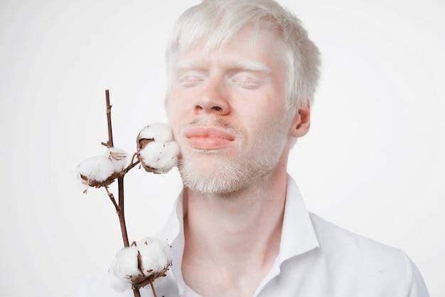 Albinizm albinos mężczyzna w studio ubrany t-shirt na białym tle na zielone świątki