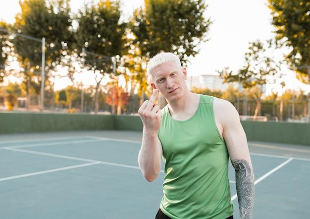 Albinos robi nieprzyzwoity gest ruchania