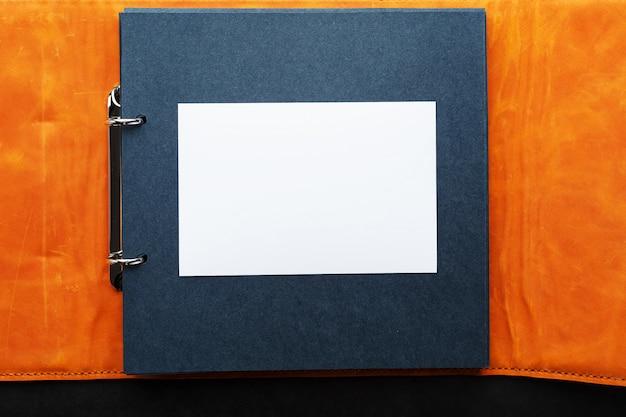Album z pustym miejscem na zdjęcia, wolne miejsce na papierze fotograficznym z ciemnymi stronami.