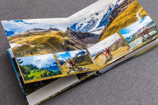 Album ze zdjęciami na stole ze zdjęciami z podróży