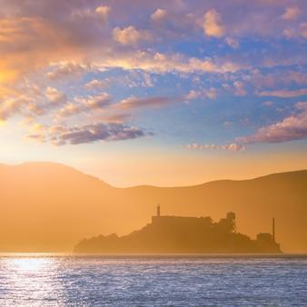 Alcatraz wyspy penitencjaria przy zmierzchu backlight w san fransisco