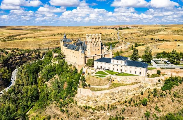 Alcazar w segowii, średniowieczny zamek w kastylii i leon w hiszpanii