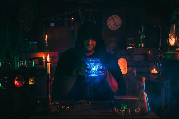 Alchemik magik czarownik przeprowadza eksperymenty z miksturą w laboratorium