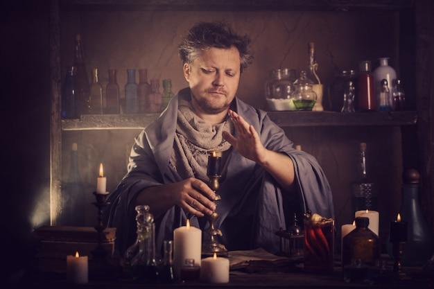 Alchemik przy stole