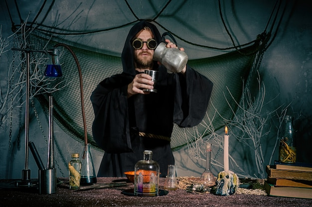 Alchemik tworzy eliksir wiecznej młodości.