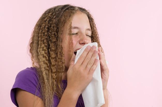 Alergiczny nieżyt nosa podczas letnich wakacji w podróży nastolatki.