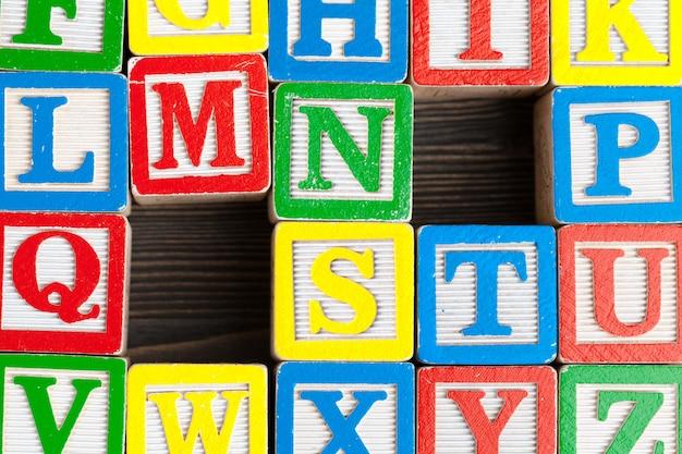 Alfabet blokuje abc na drewnianym stole.