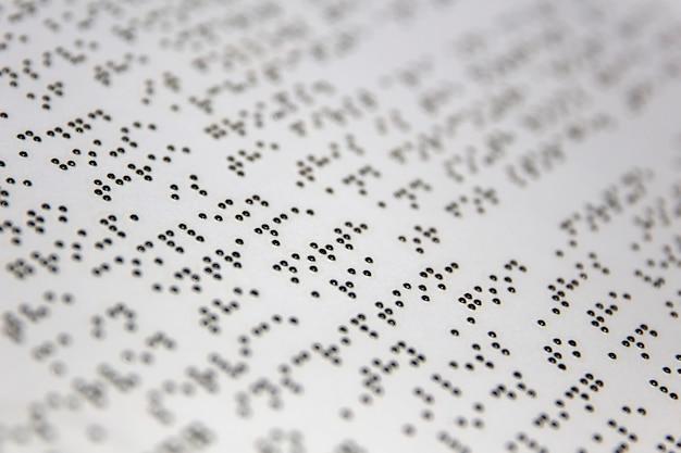 Alfabet braille'a na białym papierze