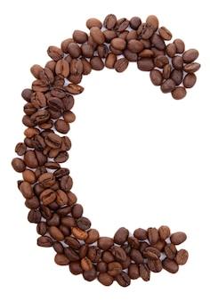 Alfabet z ziaren kawy na białym tle