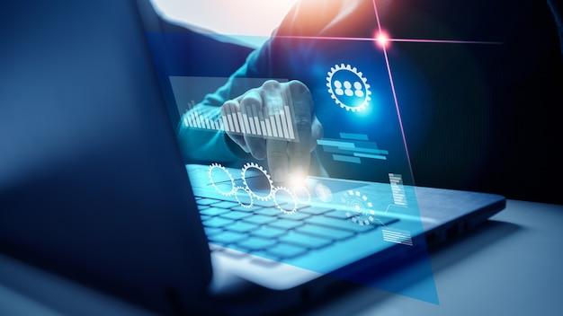 Algorytm big data marketing business programmer z wirtualnym interfejsem ai, futurystyczną sztuczną inteligencją z wykresami, ikonami finansowymi i analizą wykresów społecznościowych.