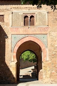 Alhambra arch puerta del vino w granadzie w hiszpanii wino muzułmańskie drzwi