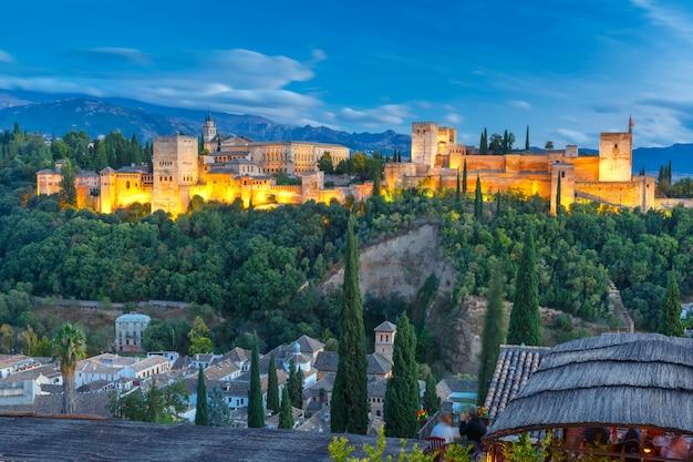 Alhambra o zachodzie słońca w granadzie, andaluzja, hiszpania