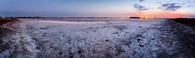 Aliki salt lake na tle lotniska w larnace