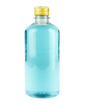 Alkohol butelka dla zabija covid-19 na odosobnionym białym tle