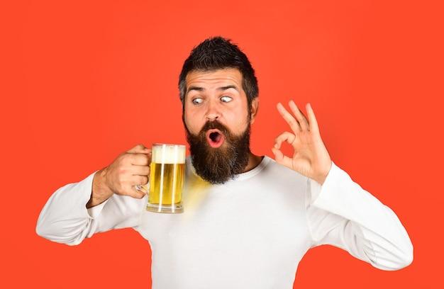 Alkohol piwo szklanka piwa oktoberfest podekscytowany brodaty mężczyzna ze szklanką piwa spotykamy oktoberfest