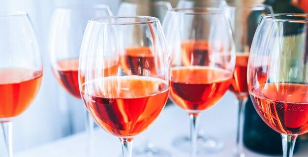 Alkohol w kieliszkach do wina na imprezie.