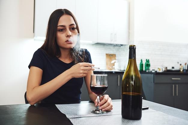 Alkoholizm to wybór, a nie dożywocie młoda kobieta alkoholik palacz problemy społeczne koncepcja problems