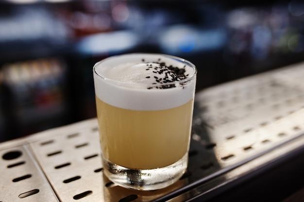 Alkoholowy koktajl w szkle na baru stole