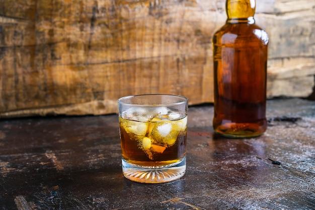 Alkoholu i trunku butelki na drewnianym stole