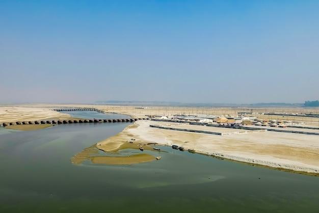 Allahabad indie widok z lotu ptaka na nabrzeże rzeki ganga, w którym odbywał się festiwal kumbha mela