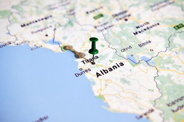 Allbania na mapie przedstawiającej kolorową pinezkę