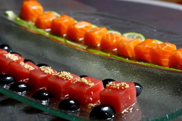 Allsorts ze świeżego łososia i tuńczyka pod sosami