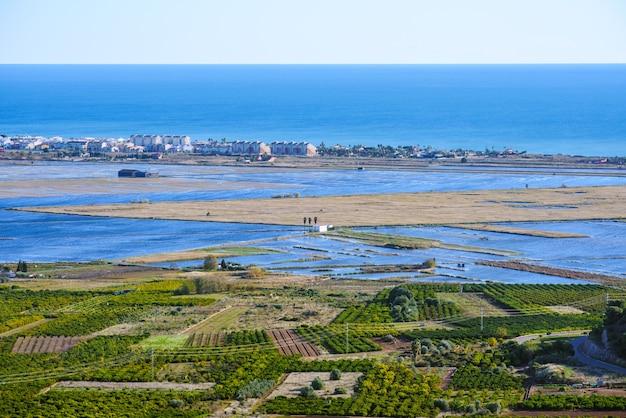 Almenara, hiszpania. widok panoramiczny. pola ryżowe. mokradła
