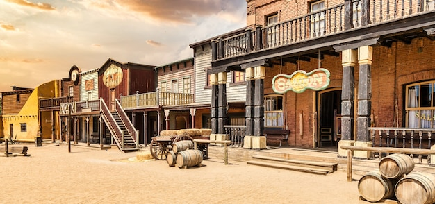 Almeria, hiszpania - około sierpień 2020: vintage far west town z salonem. stara drewniana architektura na dzikim zachodzie na tle błękitnego nieba.