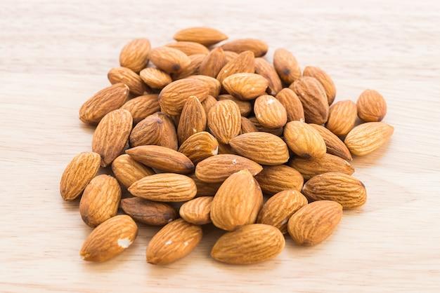Almond na drewnianym tle