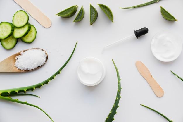 Aloe vera i ogórek z kremem kosmetycznym