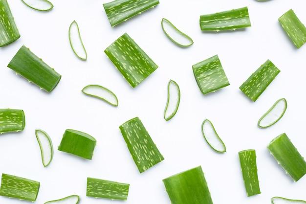 Aloe vera pokroić kawałki z plastrami na białym tle