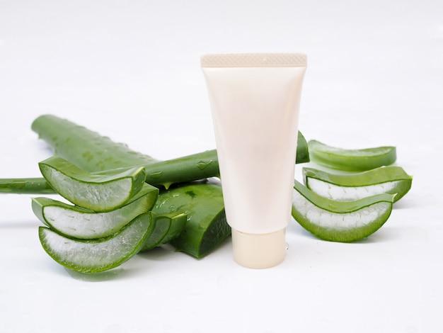 Aloes i kremowa tubka skincare żel dla piękna odizolowywającego na białym tle.