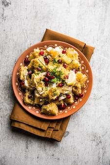 Aloo chaat lub alu chat to popularne jedzenie uliczne pochodzące z subkontynentu indyjskiego, zwłaszcza z północnych indii
