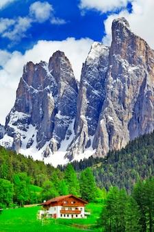 Alpejska sceneria, drewniany dom w dolomitach na północy włoch
