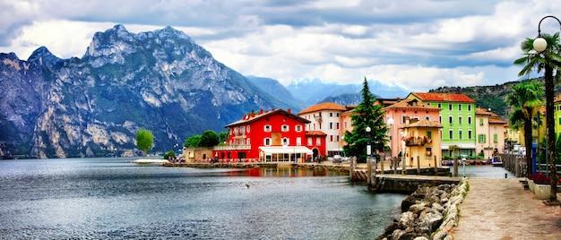 Alpejska sceneria - piękne jezioro lago di garda i miejscowość torbole. włochy